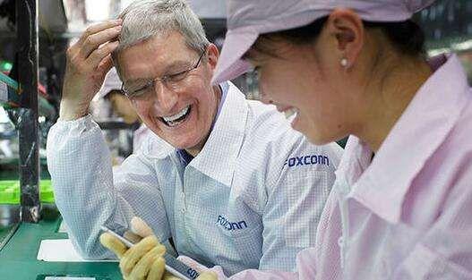 팀쿡 애플 CEO와 폭스콘 직원 (사진=폭스콘)