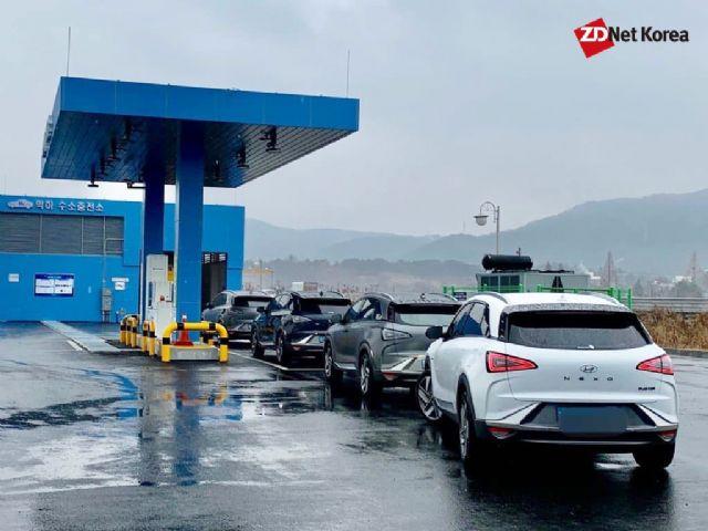 현대차 넥쏘 차량들이 대전 학하 수소충전소에 모인 모습. 이곳에는 평균적으로 하루 60대 정도 충전이 이뤄지고 있는 것으로 알려졌다. (사진=지디넷코리아)