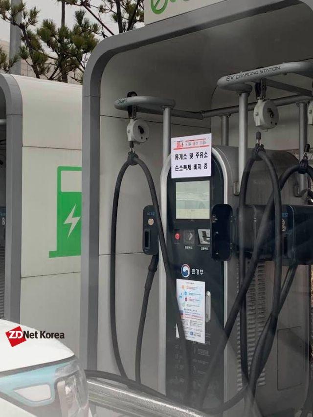 최근 전국 주요 고속도로 충전소 내 전기차 충전기에는