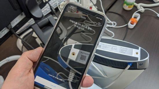 전용 스마트폰 앱으로 QR 코드를 찍으면 간단히 설정이 끝난다. (사진=지디넷코리아)