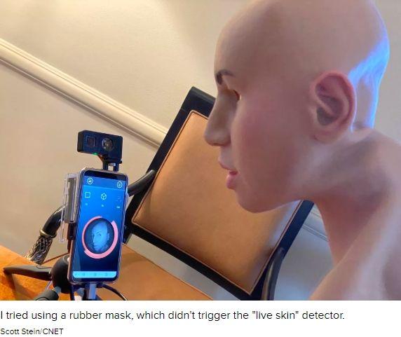트리나믹스 센서에 사람 얼굴 모양의 고무 가면을 비추면 '생체' 감지가 비활성화 된다.(사진=씨넷)