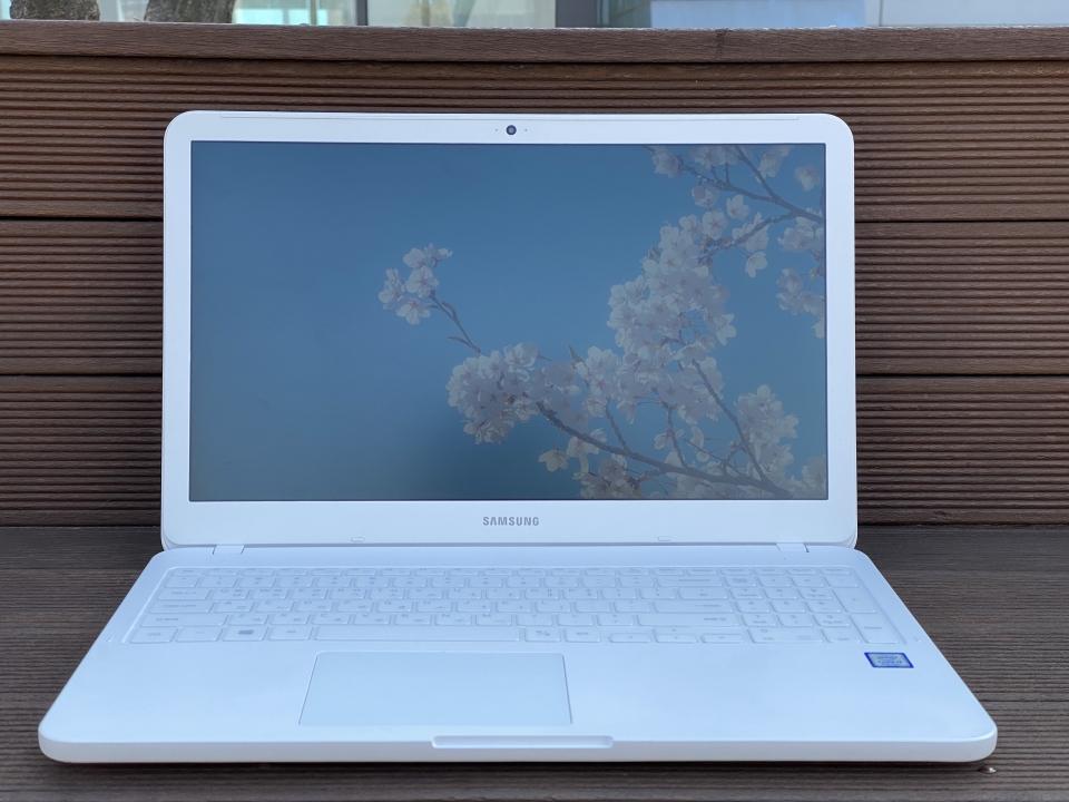 AD3AH는 안티 글레어 패널을 사용해 디스플레이의 빛 반사가 적다.