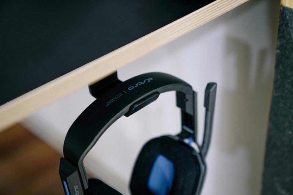 책상 오른쪽에는 헤드셋을 걸 수 있는 메탈 소재의  튼튼한 걸이가 위치한다.