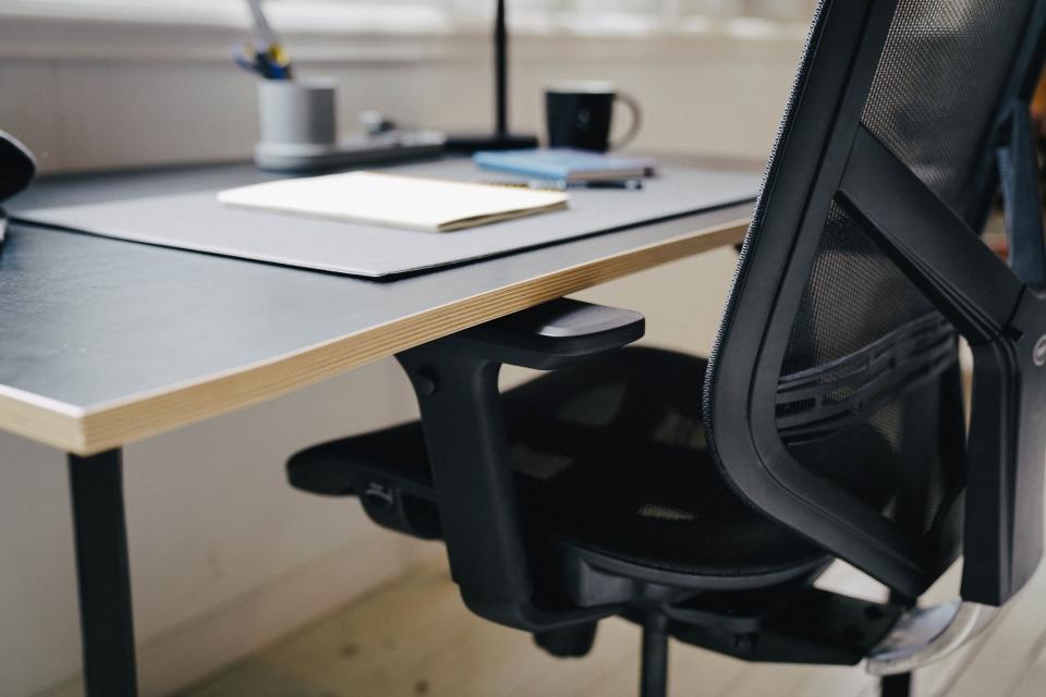 의자를 밀어 넣어도 팔걸이가 프레임에 걸리지 않도록 꼼꼼하게 설계됐다.