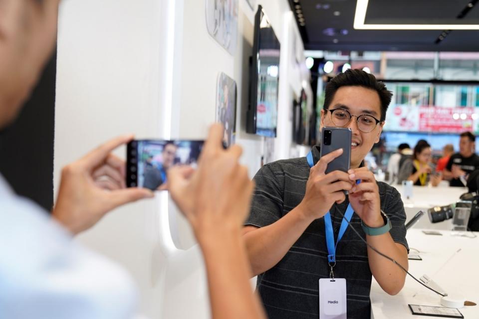 지난 2월 19일(현지시간) 베트남 호치민 삼성쇼케이스에서 진행된 '갤럭시 S20' 런칭 행사에서 제품을 체험하고 있는 모습.