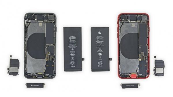 분해된 아이폰8(왼쪽)과 아이폰SE(오른쪽) /사진=ifixit.com