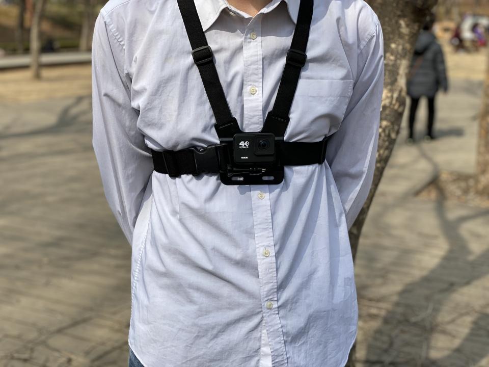 몸에 장착할 수 있는 가슴 스트랩이 기본 제공된다.