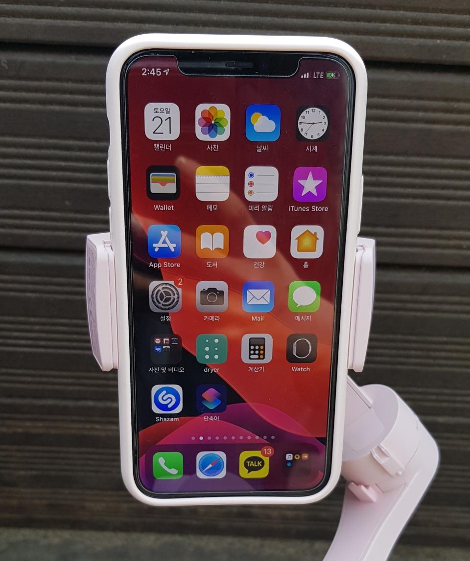 무선 충전을 지원해 유선 케이블 없이도 스마트폰을 충전하며 촬영할 수 있다.