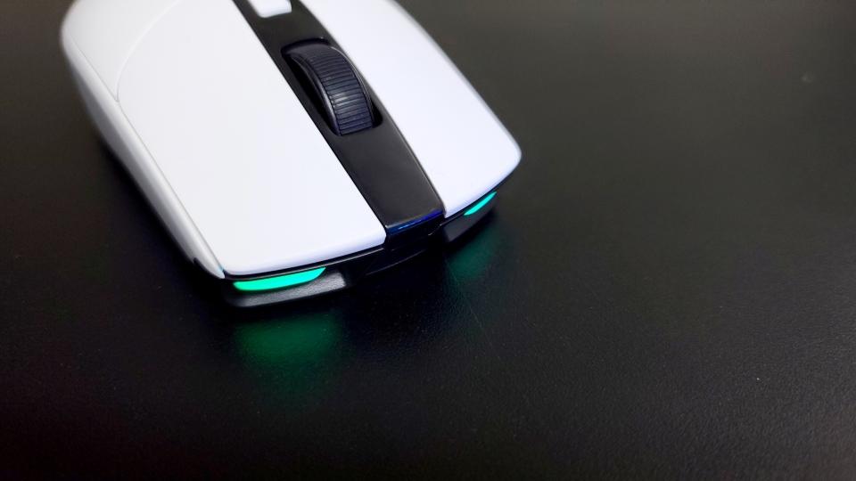 1,680만 컬러의 RGB LED 효과를 누릴 수 있다