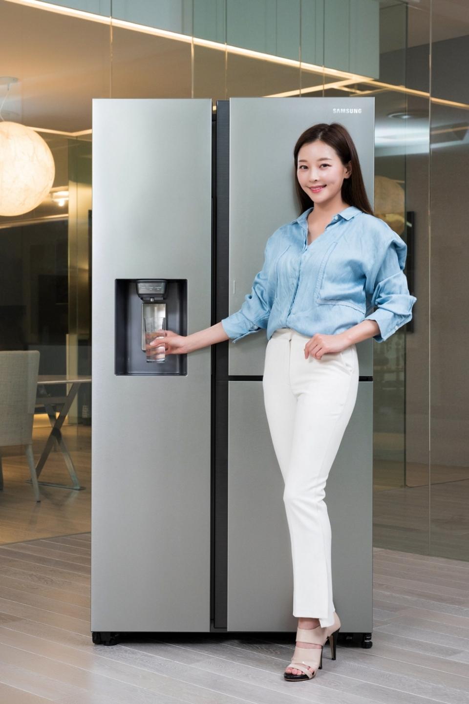 삼성전자 모델이 수원 삼성전자 디지털시티 프리미엄하우스에서 정수기를 탑재한 '양문형 정수기 냉장고' 신제품을 소개하고 있다.