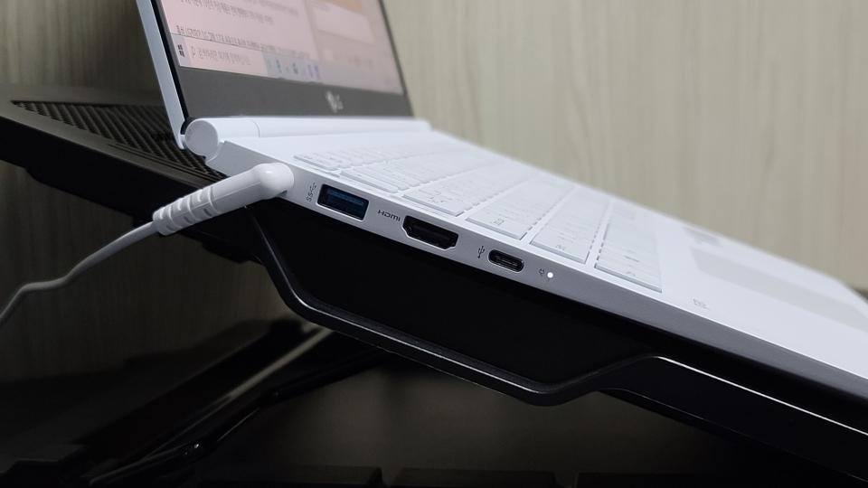 휴대용 모니터, 외장 그래픽카드 등과 연결이 가능한 썬더볼트 3 포트가 배치됐다.