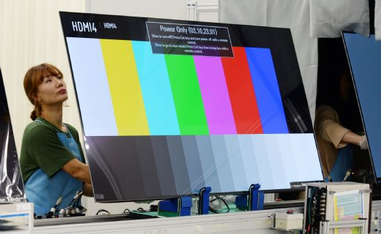 전 세계 올레드 TV 생산라인 가운데 최대 규모를 자랑하는 LG전자 구미사업장에서 생산라인 근무자가 올레드 TV의 품질을 확인하고 있다. (사진=LG전자)