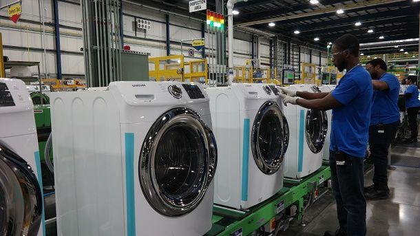 미국 사우스 캐롤라이나주 뉴베리카운티에 위치한 삼성전자 생활가전 공장에서 직원들이 세탁기를 생산하고 있다.(사진=삼성전자)