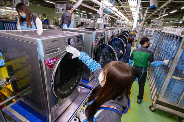LG전자 직원들이 9일 창원사업장에서 트롬 건조기 스팀 씽큐(모델명: RH16VS)를 생산하고 있다. (사진=LG전자)