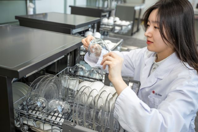 LG전자 연구원이 세척을 마친 깨끗한 그릇을 살펴보고 있다. (사진=LG전자)