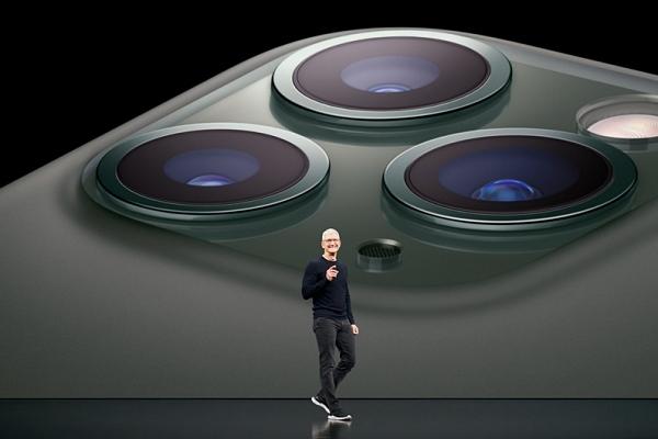 지난 2019년 9월 애플 신제품 발표회에서 팀 쿡 CEO가 아이폰 11 프로의 카메라 성능에 대해 설명하고 있다. /사진=애플