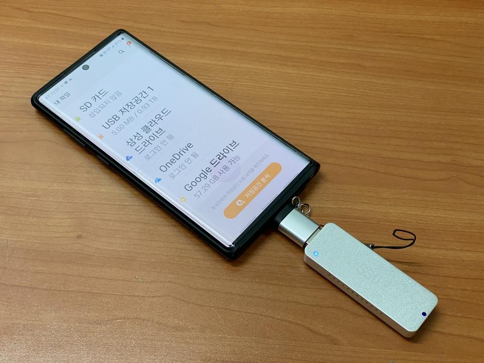 갤럭시 노트10+에 UX200P 실버를 연결했다. 소비 전력이 적은 덕에 대부분의 스마트폰과 호환된다.