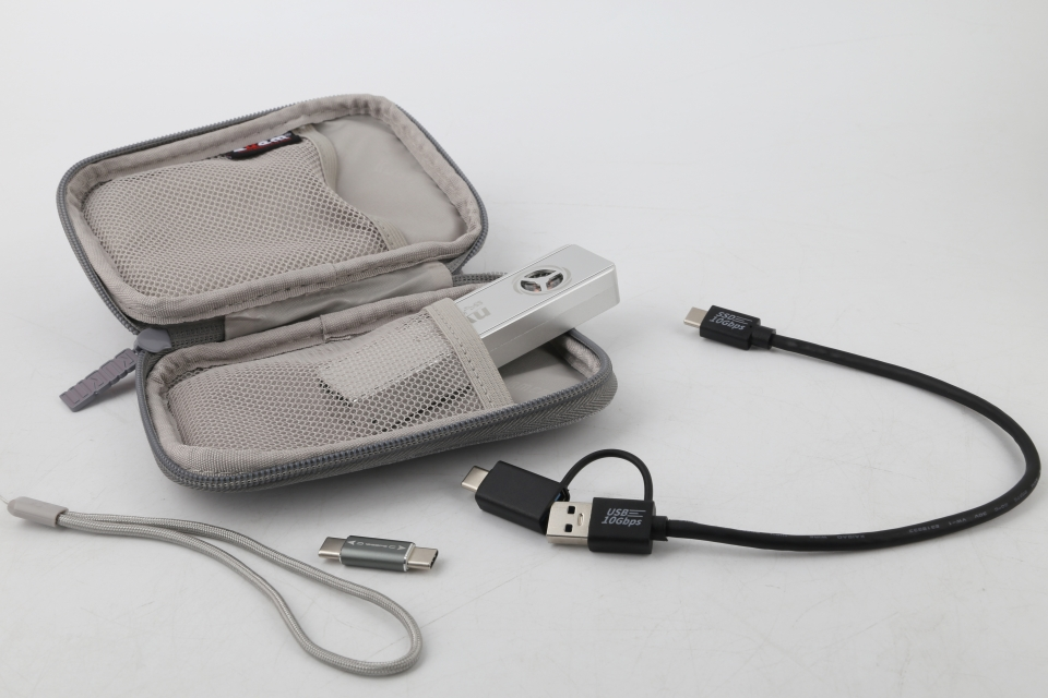 USB Type-C 기기에 직결할 수 있는 젠더, USB Type-C와 Type-A 모두 사용할 수 있는 케이블, 파우치, 스트랩이 동봉된다. 별도의 액세서리 구매가 필요치 않은 실용적인 구성이다.