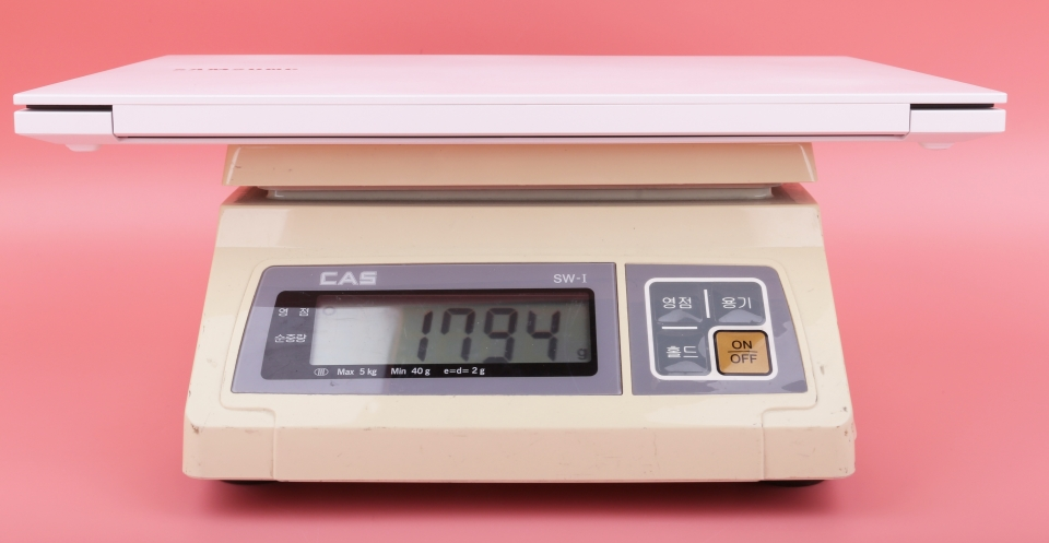 실측 무게는 1,794g 으로 스펙보다 약간 더 가볍게 측정되었다. 참고로 전작인 삼성전자 노트북5의 무게는 1.9kg이다.