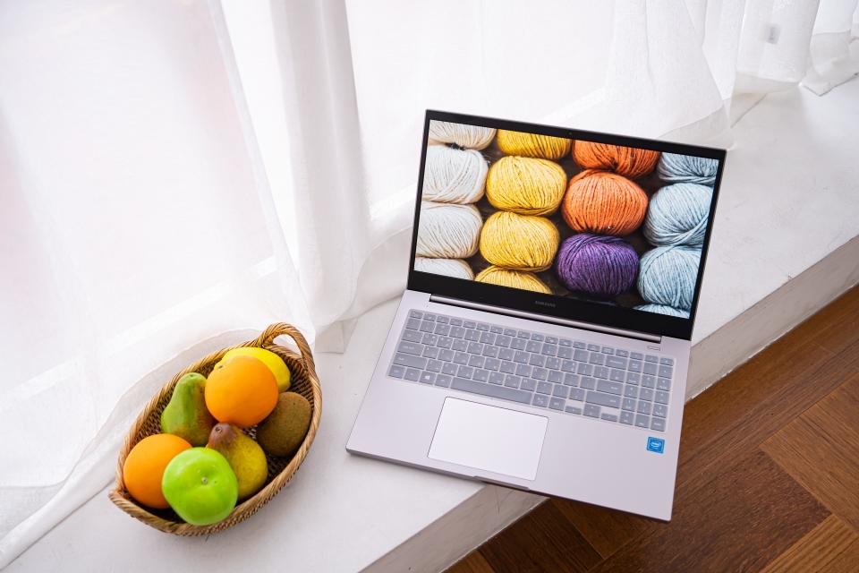 노트북 플러스에는 노트북7의 네모반듯한 솔리디티 디자인이 적용됐다.