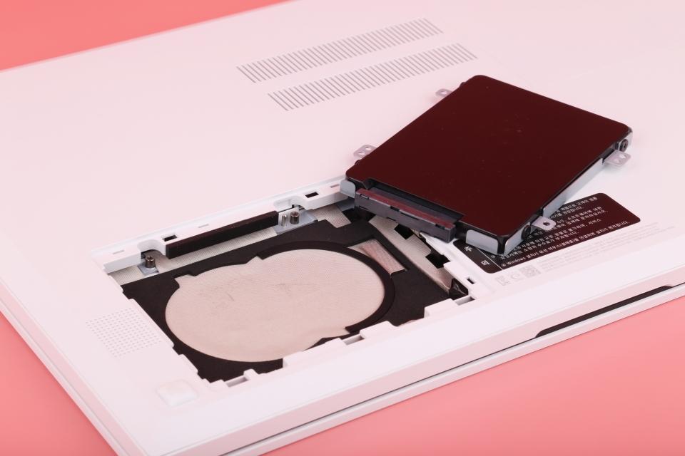 추가적인 SATA 슬롯을 지녀 저장장치 확장이 용이하다.