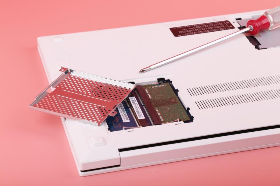 램은 기본적으로 4GB가 하나 장착되어 있으며, 추가로 메모리를 장착해 듀얼 채널 구성도 가능하다.