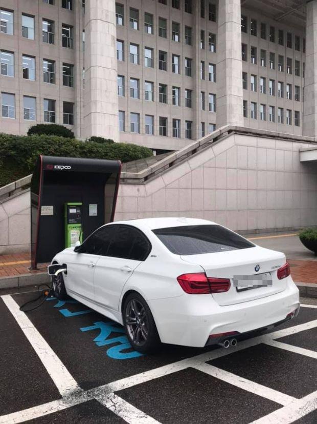 여의도 국회 본청 앞에 설치된 완속충전기를 통해 충전중인 BMW 330e 플러그인 하이브리드 차량 (사진=지디넷코리아)