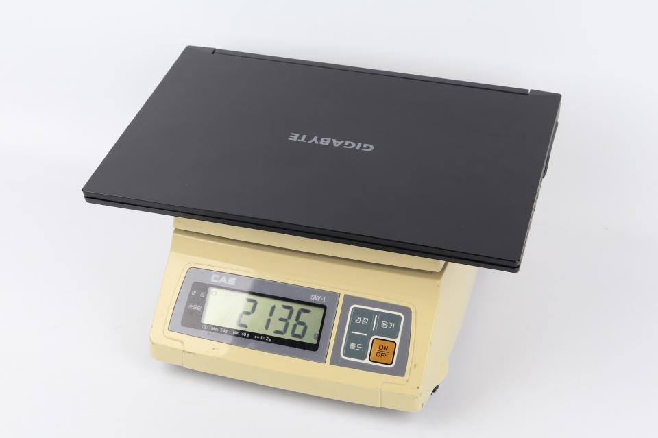 실제 측정 무게는 2,136g이다.