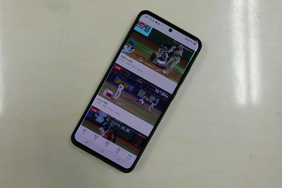네이버 TV 앱에서는 크롬캐스트를 통한 대화면 재생을 지원한다. 먼저 네이버 TV를 실행하고 원하는 야구 중계를 선택한다.