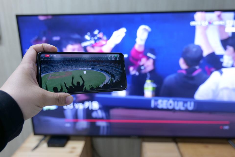 크롬캐스트가 활성화되면 화면이 스마트폰에서 안드로이드 TV로 전환된다.