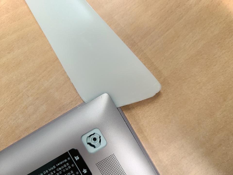 틈새에 플라스틱 헤라를 넣어 하판을 분리한다.