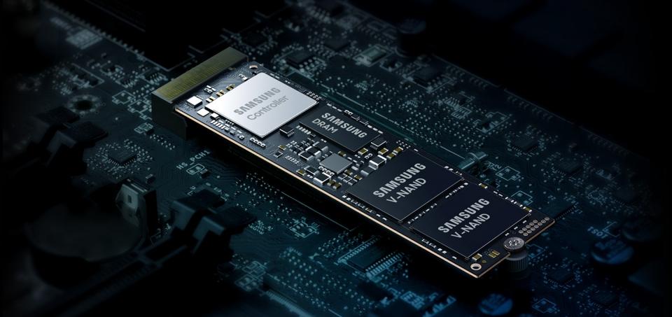 노트북 M.2 슬롯에 NVMe SSD를 장착하면 더 빠른 백업용 저장공간을 확보할 수 있다.
