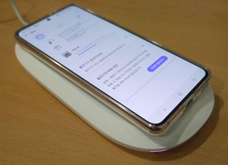 스마트폰을 기기 위에 올려 두면 자연스럽게 충전과 백업이 동시 진행된다