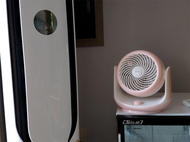 에어컨과 에어 써큘레이터를 함께 사용해 냉방 효율을 높이고 전력 소모를 낮출 수 있다