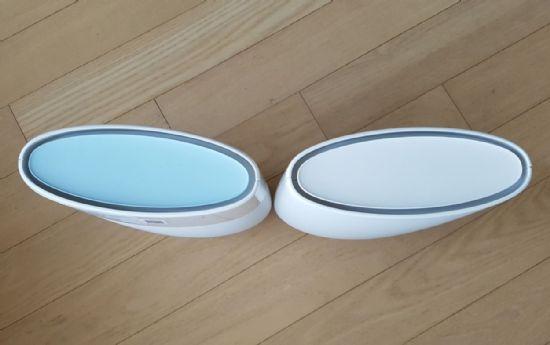 상단부가 옅은 파란색인 제품이 라우터다. 연결 상태에 따라 라우터의 LED가 세 가지 색으로 화려하게 변한다.
