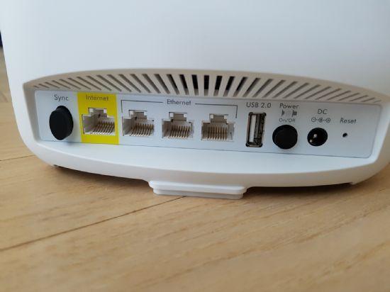 인터넷 포트는 노란색으로 표시돼 있어 찾기 어렵지 않다. 세틀라이트는 별도의 인터넷 연결 없이도 전원만 연결해주면 사용이 가능하다.