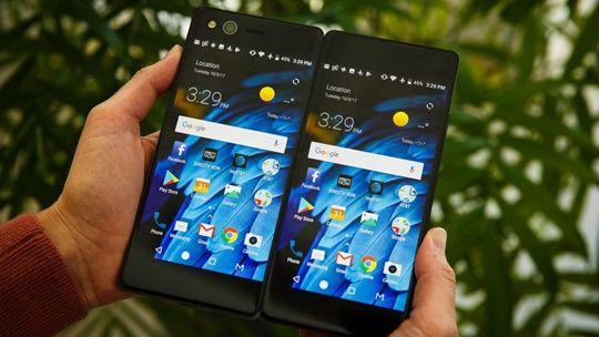 중국 스마트폰 제조사 ZTE가 책처럼 접어서 사용하는 스마트폰을 내놨다. (사진=씨넷)