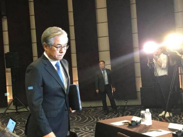 굳은 얼굴로 긴급 기자회견장에 모습을 보였던 김효준 BMW코리아 회장 (사진=지디넷코리아)