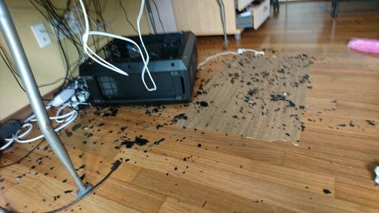 강화유리 PC 케이스 파손을 겪은 소비자가 올린 사진. (사진=디시인사이드 컴퓨터 본체 갤러리)