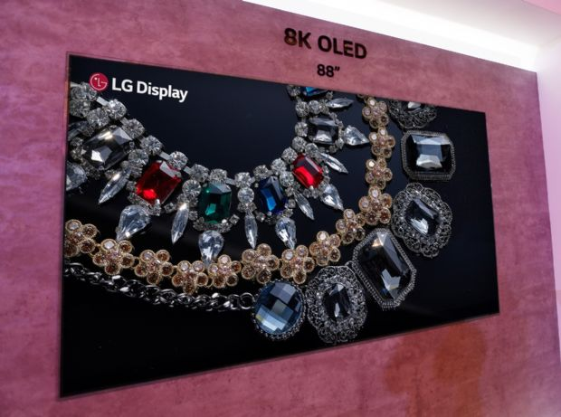 LG디스플레이가 생산하는 세계 최초의 88인치 8K OLED TV용 디스플레이. (사진=LGD)