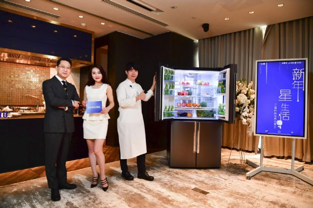 삼성전자 '클럽 드 셰프 코리아'의 이충후 셰프(우측)가 중국 왕훙들을 대상으로 메탈쿨링이 적용된 4도어 냉장고를 소개하고 있다.(사진=삼성전자)