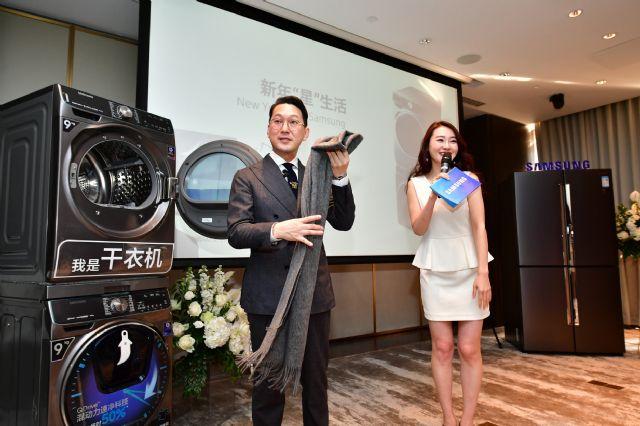 남성복 편집숍 '알란스'의 대표인 남훈 패션 디렉터(좌측)가 중국 왕훙들을 대상으로 삼성전자 퀵드라이브 세탁기와 건조기 제품을 시연하며 스타일링 클래스를 진행하고 있다. (사진=삼성전자)