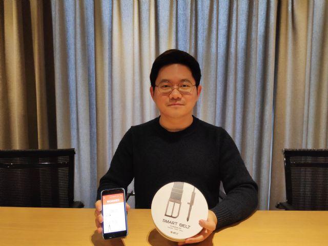 손기정 웰트 이사가 스마트벨트 '웰트'와 웰트 애플리케이션을 띄운 스마트폰 화면을 보여주고 있다.(사진=지디넷코리아)