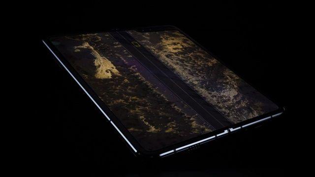 펼치면 7.3인치 화면이 나오며, 인피니티 플랙스 디스플레이라는 화면 기술을 사용해 자유롭게 열고 닫을 수 있다. (사진=씨넷)