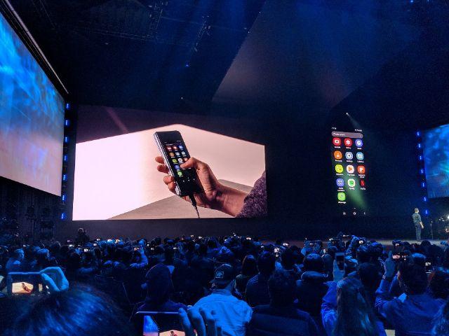 삼성전자가 20일 언팩 행사에서 접었다 펼수 있는 스마트폰 '갤럭시 폴더'를 공개했다.(사진=지디넷코리아)