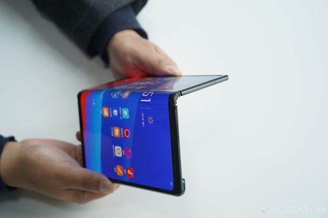 중국 스마트폰 제조사 오포도 현재 개발 중인 폴더블 스마트폰을 사진으로 공개했다.(사진=웨이보)