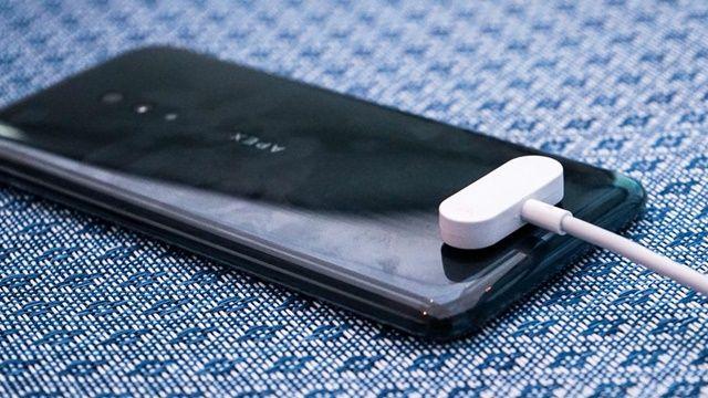 비보는 아펙스2019에 USB-C 단자도 없애고 마그네틱 커넥터를 채택했다. (사진=씨넷)
