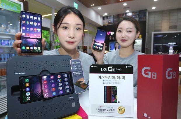 모델이 LG전자 G8 씽큐를 소개하고 있다. (사진=LG유플러스)