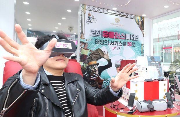 LG유플러스가 서울 강남구 코엑스에 마련한 'U+5G 체험존'에서 VR 서비스를 이용하는 모습.(사진=LG유플러스)