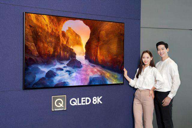 삼성전자 모델들이 2019년형 'QLED TV'를 소개하고 있다.(사진=삼성전자)